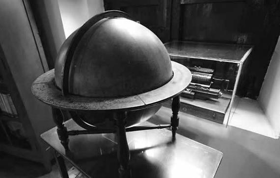 Un globo terráqueo es el símbolo de los estudios cartográficos que centraron la atención de Francisco José de Caldas. Fotos: Nicolás Bojacá/Unimedios