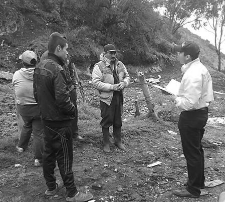 Momento en que los infractores de origen campesino son notificados del cierre de la explotación minera y del decomiso del carbón vegetal encontrado.