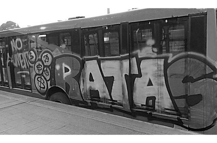 """Pintan articulado de TransMilenio con grafitis en """"protesta"""" por alza de tarifas"""