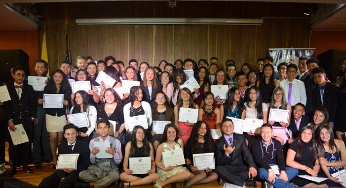 Estudiantes de escasos recursos de Santa Fe y Candelaria se graduaron de programa de becas de inglés y liderazgo