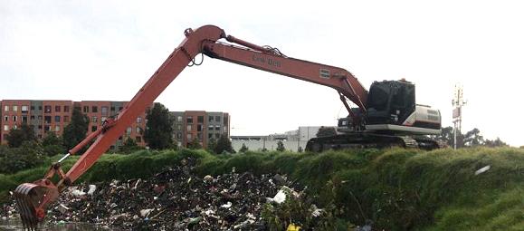 Adelantan operativo para retirar toneladas de basuras arrojadas al río Tunjuelo