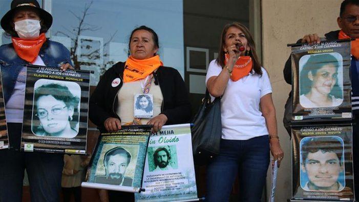 """""""Una burla a nosotras"""": las familias de las víctimas denuncian al General (r) Mario Montoya"""