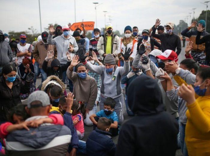 Migrantes venezolanos bloquean carretera en las afueras de Bogotá