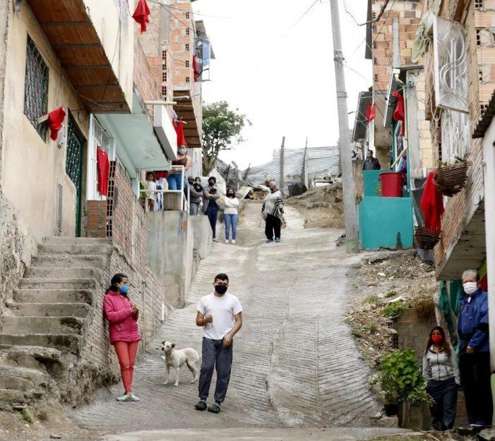 Colombia se llena de pañuelos rojos, la señal del hambre