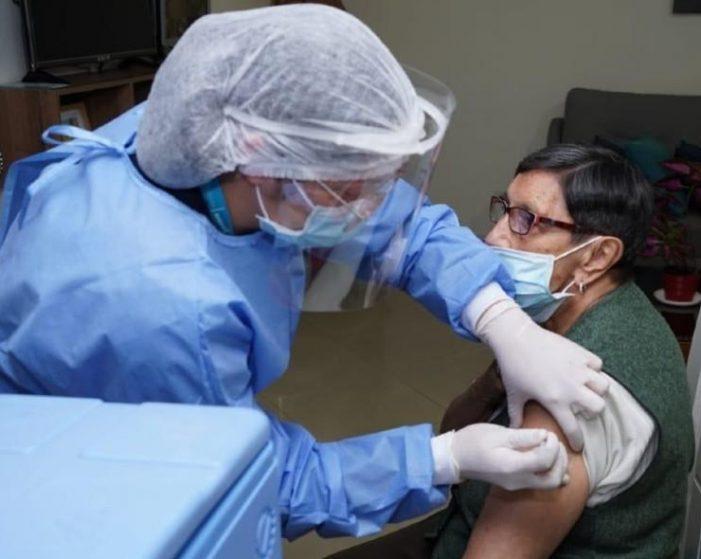 Bogotá continúa el plan de vacunación con mayores de 80 años y personal de salud