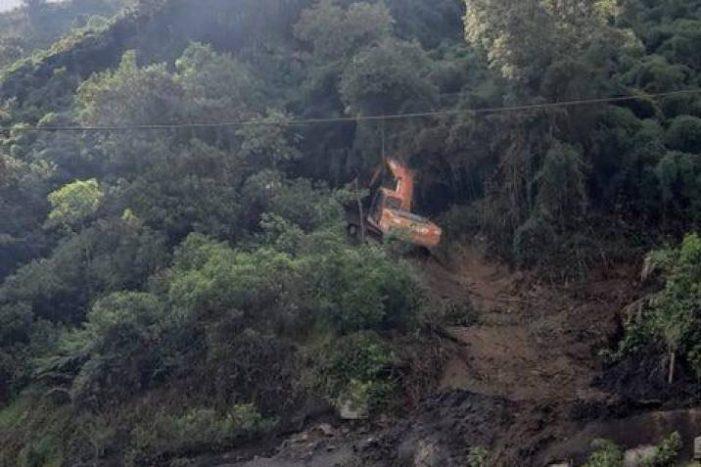 Reportan desde el medio día cierre total de la vía a La Línea por derrumbes de rocas