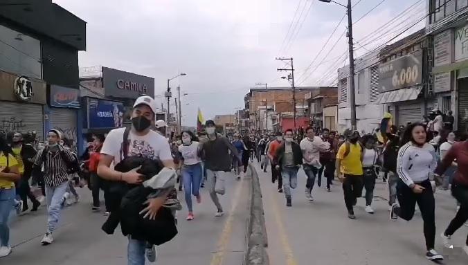 Enfrentamientos entre manifestantes y policías en Usme deja más de 100 personas heridas